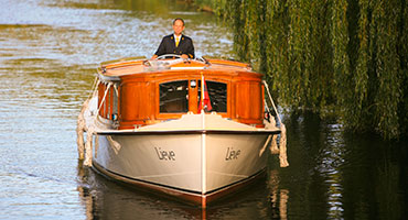 Salonboot-door-de-Amsterdamse-grachten
