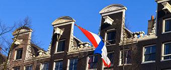 Sloep-varen-door-de-grachten-van-Amsterdam
