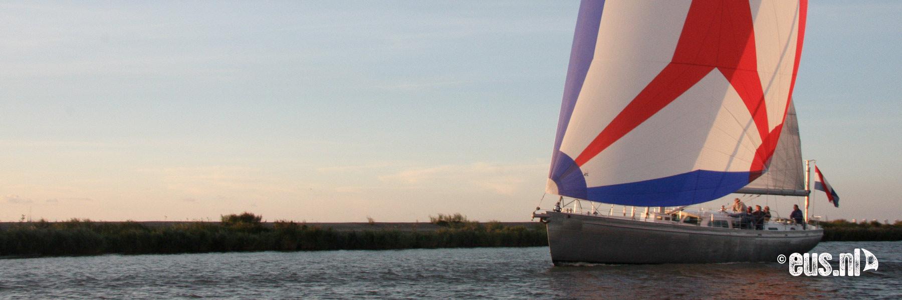 Zeiluitje met zeiljacht op het IJsselmeer